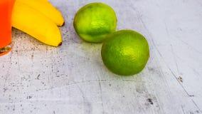 Cal conjuntamente con bebidas y otras frutas fotografía de archivo