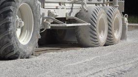 Cal de extensión del equipo del tractor en el suelo almacen de video