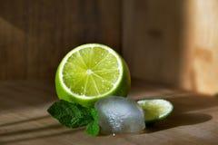 Cal de la fruta con la menta y el hielo Imagen de archivo libre de regalías