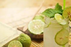 Cal do Kaffir assim, bebida fresca da soda da bergamota, erva da tradição de Tailândia para o tratamento da maré baixa ácida, com imagem de stock royalty free