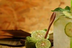 Cal do Kaffir assim, bebida fresca da soda da bergamota, erva da tradição de Tailândia para o tratamento da maré baixa ácida, com fotografia de stock royalty free
