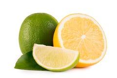 Cal e limão verdes no fundo branco fotos de stock