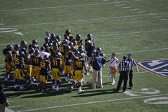 Cal Football Team Huddle imagens de stock royalty free