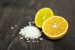 Cal, limão e sal cortados frescos na tabela de madeira Imagem de Stock Royalty Free
