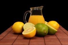 Cal, limón y jarra de jugo Foto de archivo