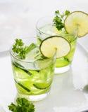 Cal, pepino, cocktail da salsa, água da desintoxicação Imagens de Stock Royalty Free