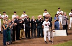 Cal Ripken Jr richt de menigte na het breken van de Strook van Lou Gehrig ` s Ironman royalty-vrije stock afbeeldingen