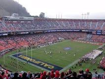CAL vs Fresno stat: Fotbollsspelare i handling under lek Royaltyfri Foto