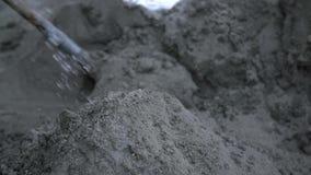 Cal y arena de rociadura con agua almacen de metraje de vídeo