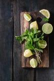 Cal y limones con la menta imagenes de archivo