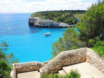 Cala埃斯塔尼d `与美妙的绿松石海, Cala Romantica,波尔图克里斯多,马略卡的en Mas美丽的海湾的风景  免版税图库摄影