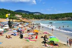 Cala新星海滩的日光浴者,在伊维萨岛,西班牙 免版税库存图片