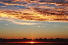 Cala ανατολής millor, κόκκινος φλογερός δραματικός ουρανός επάνω από τη Μεσόγειο, Μαγιόρκα, Ισπανία στοκ εικόνες με δικαίωμα ελεύθερης χρήσης