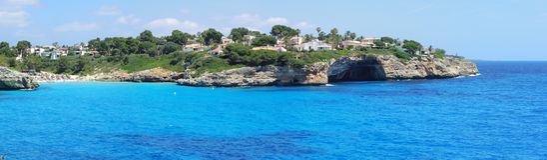 Cala Anguila美丽的海湾的风景有美妙的绿松石海的,波尔图克里斯多,马略卡,西班牙 免版税库存图片