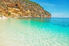 Cala Biriola在一个清楚的夏日 免版税库存照片