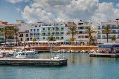 Cala Bona, Majroca, Spanien - 24. April 2014: Eine Ansicht des Harbou Lizenzfreie Stockbilder