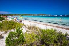 Cala Brandinchi strand met Isola Travolara in de achtergrond, de rode stenen en het azuurblauwe duidelijke water, Sardinige, Ital stock foto