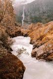 Cala con una cascada en el fondo en Noruega imagen de archivo
