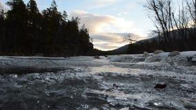 Cala congelada fría de la montaña almacen de video