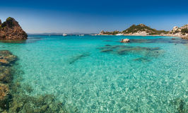 Cala Corsara海湾清楚的绿松石水在撒丁岛 免版税库存照片