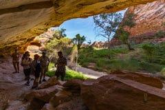 Cala de los pasillos, Australia - 15 de mayo de 2017: Un dueño idigenous tradicional se relaciona las historias de Dreamtime con  fotografía de archivo libre de regalías