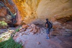 Cala de los pasillos - 15 de mayo de 2017: Un caminante ve la galería de arte indígena en cuevas en las chapucer3ias foto de archivo