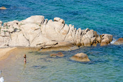 CALA DEI吉内普里, SARDINIA/ITALY - 5月18日:夫人在海Cala 图库摄影