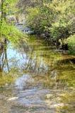 Cala en el centro de ocio en primavera temprana con un pequeño Waterfal fotografía de archivo