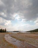 Cala enredada que corre en el lago caliente bajo cloudscape del cúmulo en el lavabo más bajo del géiser en el parque nacional de  foto de archivo
