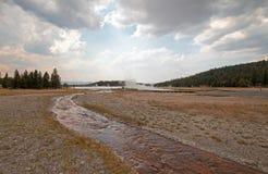 Cala enredada que corre en el lago caliente bajo cloudscape del cúmulo en el lavabo más bajo del géiser en el parque nacional de  foto de archivo libre de regalías