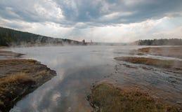 Cala enredada que vacia en las aguas termales calientes del lago en el lavabo más bajo del géiser en el parque nacional de Yellow Imagen de archivo libre de regalías