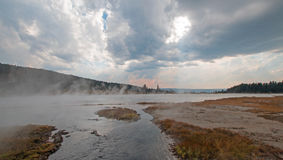 Cala enredada que vacia en las aguas termales calientes del lago en el lavabo más bajo del géiser en el parque nacional de Yellow Foto de archivo libre de regalías