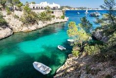 Cala Fornells sikt i Paguera, Majorca, Spanien royaltyfria foton