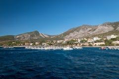 Cala Gonone und viele Mietboote lizenzfreies stockfoto