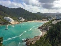 Cala Llonga绿松石水咆哮,地中海,伊维萨岛是 免版税库存图片