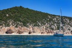 Cala Luna på en klar dag, Sardinia Royaltyfri Fotografi