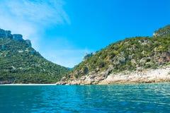 Cala Luna van het overzees wordt gezien die Stock Fotografie