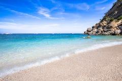 Cala Mariolu strand på den Sardinia ön, Italien Royaltyfria Bilder