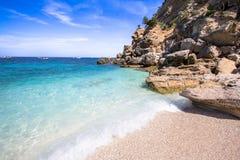 Cala Mariolu strand på den Sardinia ön, Italien Royaltyfri Fotografi