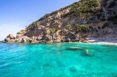 Cala Mariolu strand på den Sardinia ön, Italien Arkivfoto