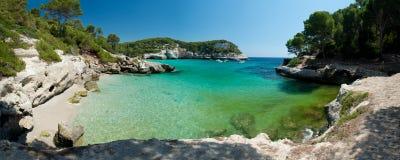 Cala Mitjaneta strand i Menorca, Spanien Arkivbilder