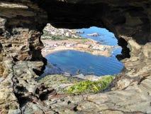Cala Reona entre las rocas Imágenes de archivo libres de regalías