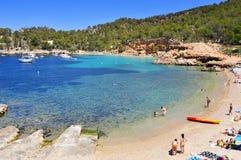 Cala Salada海滩在圣安东尼奥,在伊维萨岛海岛,西班牙 免版税库存图片