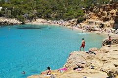 Cala Salada海滩在圣安东尼奥,在伊维萨岛海岛,西班牙 库存照片