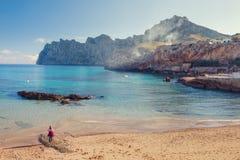 Cala Sant Vicenc由四beachs形成了,在他们中Cala三桅帆, 免版税库存图片