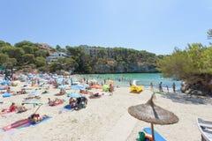 Cala Santanyi, Mallorca - agosto 2016 - turista alla spiaggia di Fotografie Stock Libere da Diritti