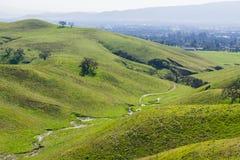 Cala temporal que fluye entre las colinas verdes y los valles en el lago coyote - Harvey Bear Park, Morgan Hill, California imágenes de archivo libres de regalías