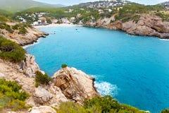 Cala Vadella nell'isola di Ibiza con acqua del turchese Fotografie Stock