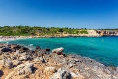 Cala Varques -拥挤美丽的海滩用绿松石水在马略卡 免版税库存图片