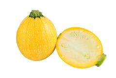Calabacín amarillo redondo crudo y un corte uno en un fondo blanco imágenes de archivo libres de regalías